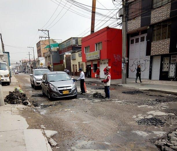 Notable deterioro de la malla vial en Fontibón. Sitio Calle 18 con carrera 104 B