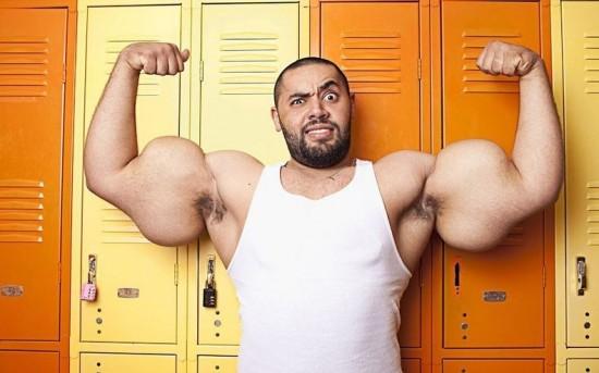 El Popeye de la vida real, el hombre con los bíceps más grandes del mundo