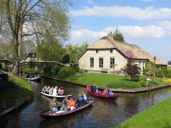 Sexy woman giethoorn the dutch village with no roads for Tiny house holland michigan
