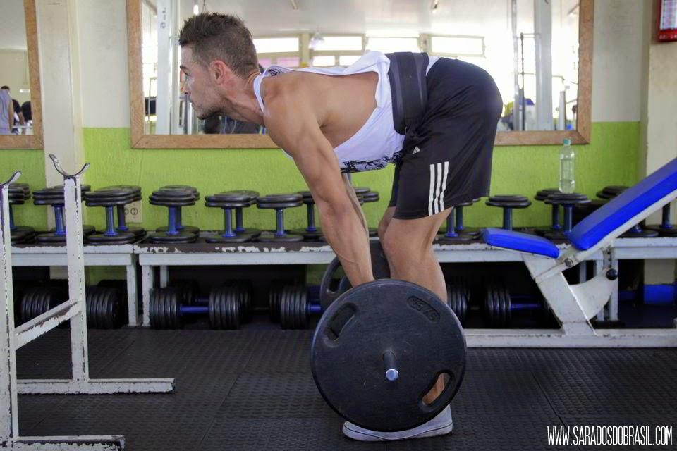 Stiff - 3 séries de 12 repetições - 50 kg - Foto: Marcos Januário