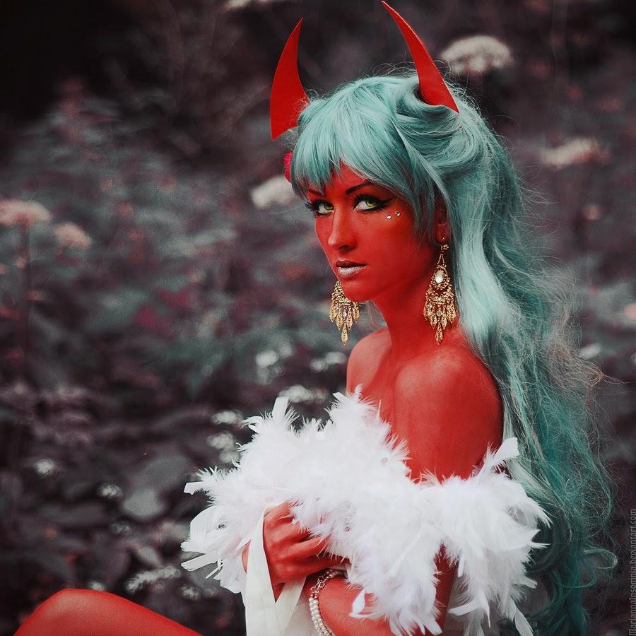 cosplay et body paint rouge d'une demone aux cheveux verts
