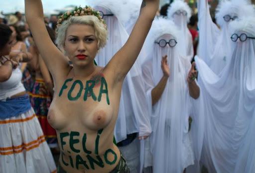 FotosNua.Com ativista protestam peladas com o seios nus