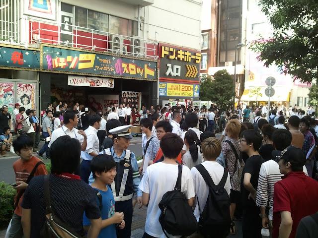8月27日AKB48前田敦子あっちゃんの卒業式の日にAKB48劇場裏口周辺でメンバーを待つ大勢のファンその1