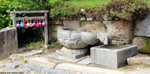 Fuente de agua en el templo budista Buseoksa