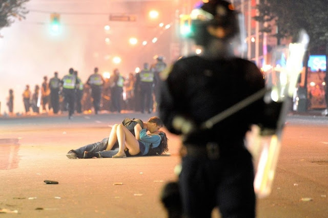 溫哥華球賽暴動 情侶接頭擁吻