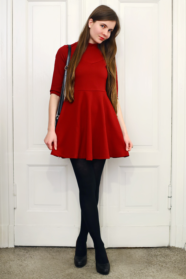 Czerwona sukienka, czarne rajstopy i elegancka torebka ...