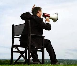 كيف تتمكن من إقناع الاخرين.... بجميع أنواع شخصياتهم - رجل يتكلم فى مكبر صوت ميكروفون - man use loud microphone