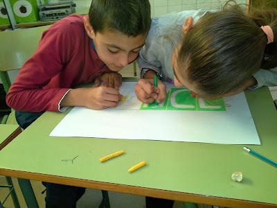 Dos niños están dibujando el logo de la ONCE