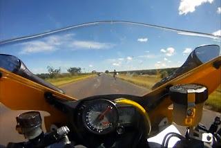 Motociclist atacat de un șarpe în timp ce se deplasa cu 250 km/h