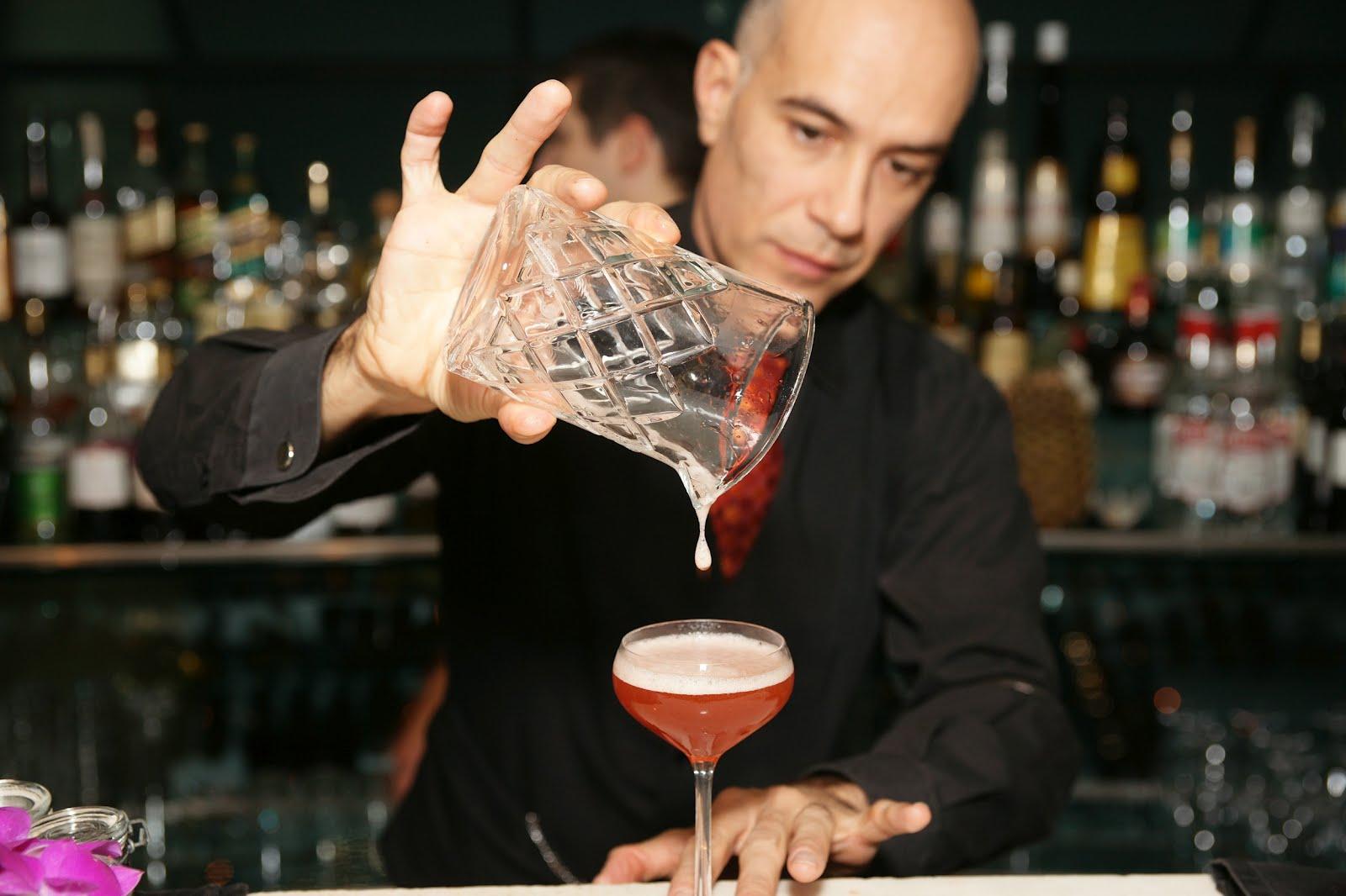 Стильный бармен