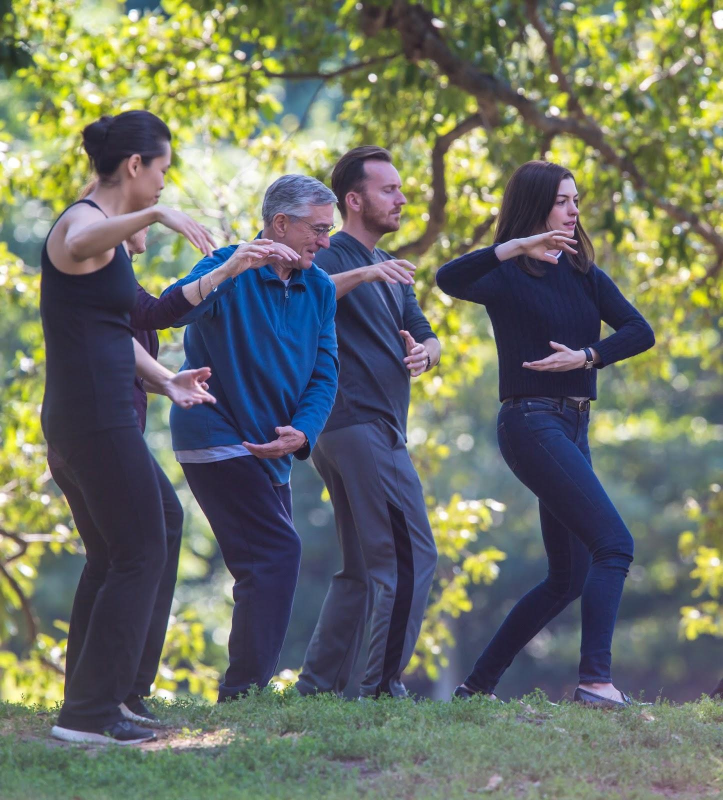 Anne Hathaway And Robert De Niro: Photo : 最新作のコメディ映画「ジ・インターン」の撮影で、太極拳を練習のアン・ハサウェイとロバート・デ・ニーロ