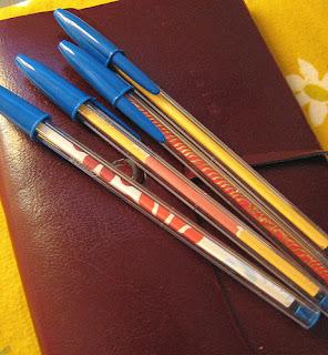 Decorar bolígrafos con papel por Recicla Inventa