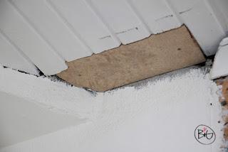 hålet i taket lagad med en liten bit masonit.