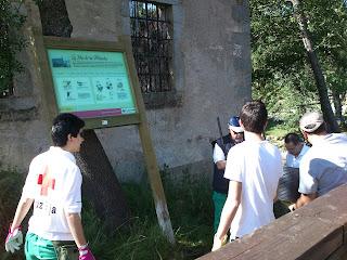 Voluntarios de Cruz roja instalan un panel informativo en el parque