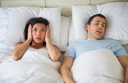 هل الشخير اثناء النوم له مضاعفات على صحة الإنسان  - رجل يشخر