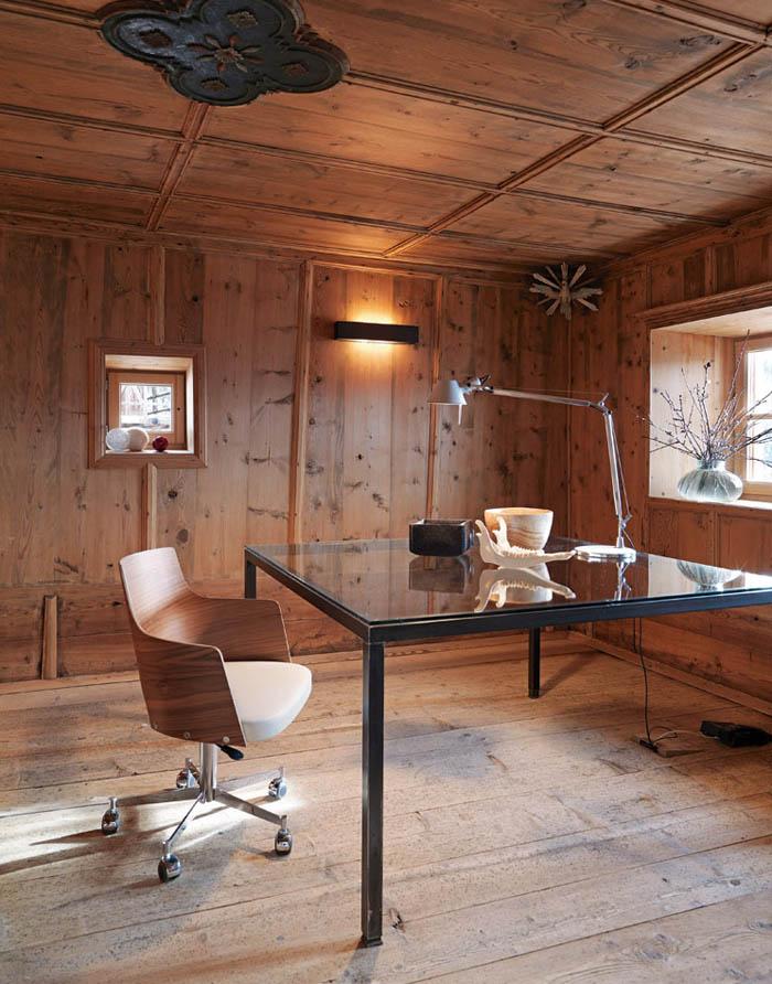 una casa rustica moderna - despacho , mesa diseño vidrio y butaca con ruedas lampara tholomeo