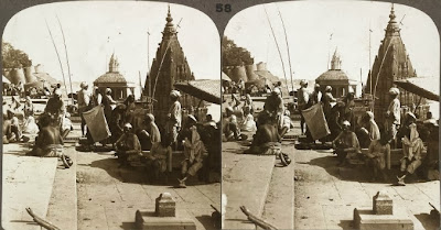 Varanasi, también conocida por Benares. El pilar del primer término marca el lugar de numerosos satis