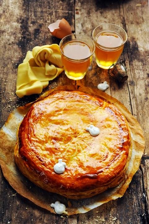 J'aime la galette avec du bon beurre dedans… j'aime la galette avec… cette année ma galette des rois sera à la poire et au caramel !