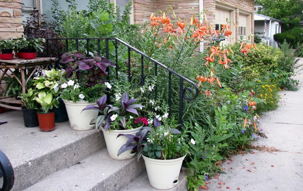 Outdoor christmas urn arrangements for Garden arrangement ideas
