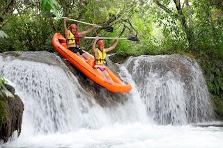 Descendo uma cachoeira de duck no Ecopark Porto da Ilha em Bonito