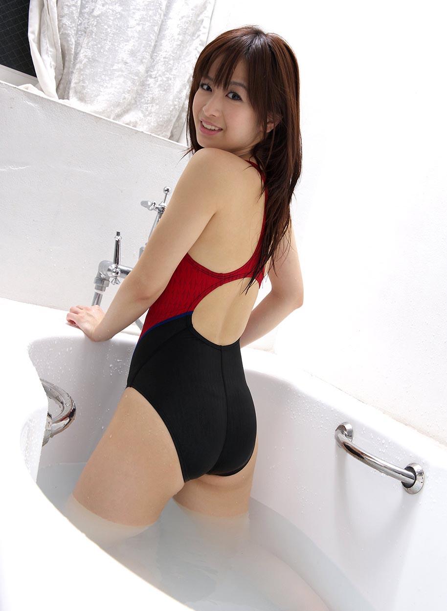 hikari yamaguchi swimsuit bathtub 02