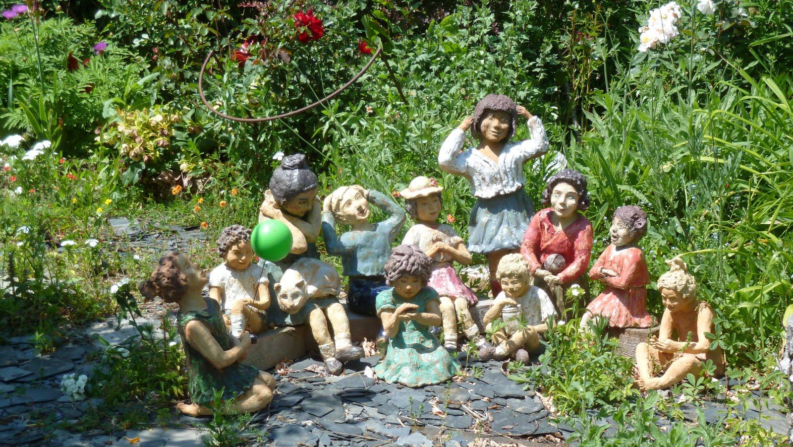 Petits enfants près de la fontaine
