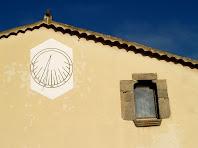 Rellotge de sol a la façana de Can Miret