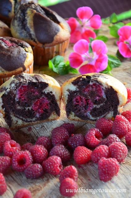 Muffinki marmurkowe z malinami
