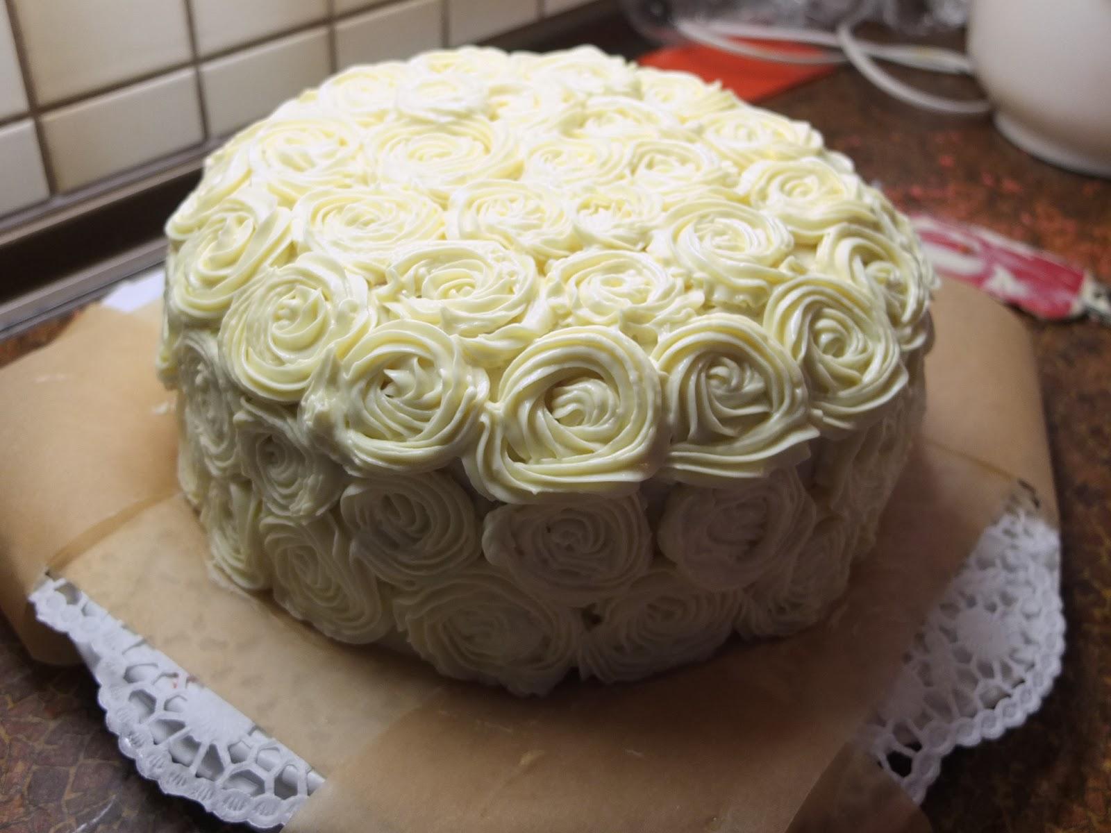 Patisserie Nadine Pink Velvet Cake Mit Mangomousse Und Rosendekoration