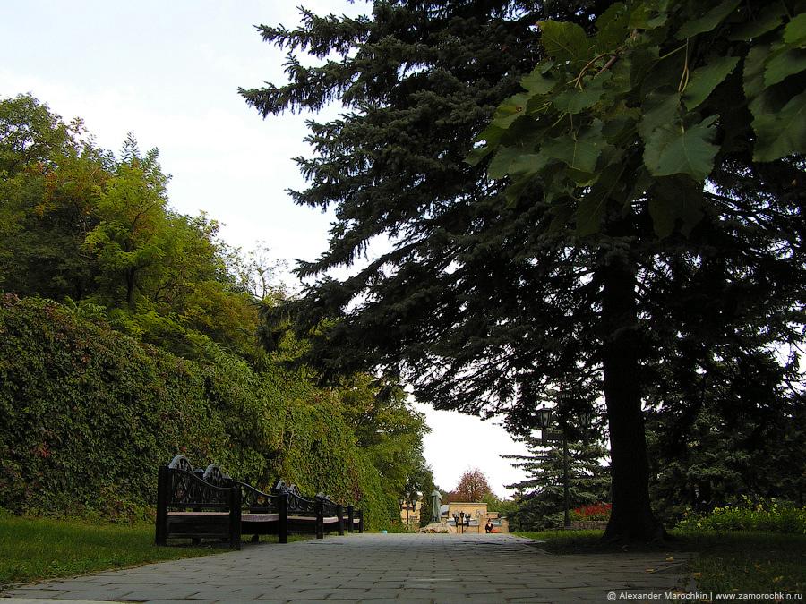 Скамейки в железноводском парке