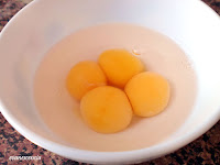 cuatro yemas en agua