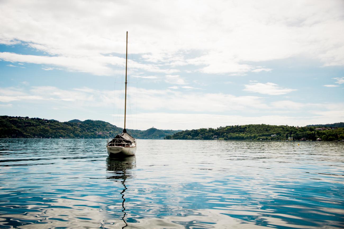 See mit Segelboot