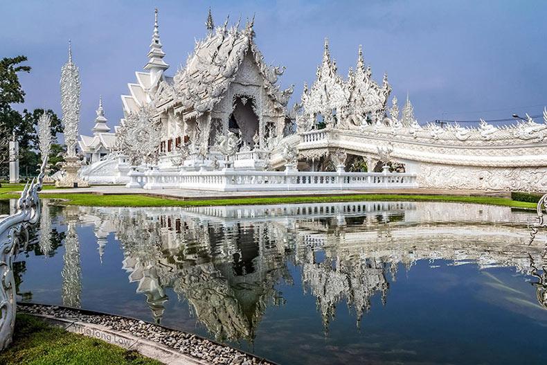 Templo Blanco de Tailandia parecer haber descendido del cielo