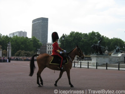 Buckingham Palace Royal Guards and horse