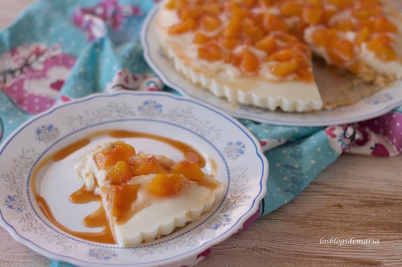 Tarta de melocotón y queso con base de nueces