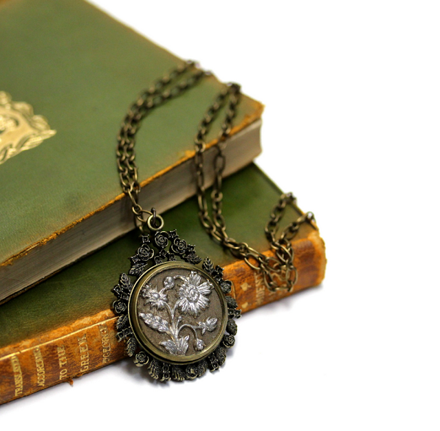 Golden Daisy Necklace #antique #jewelry #flower