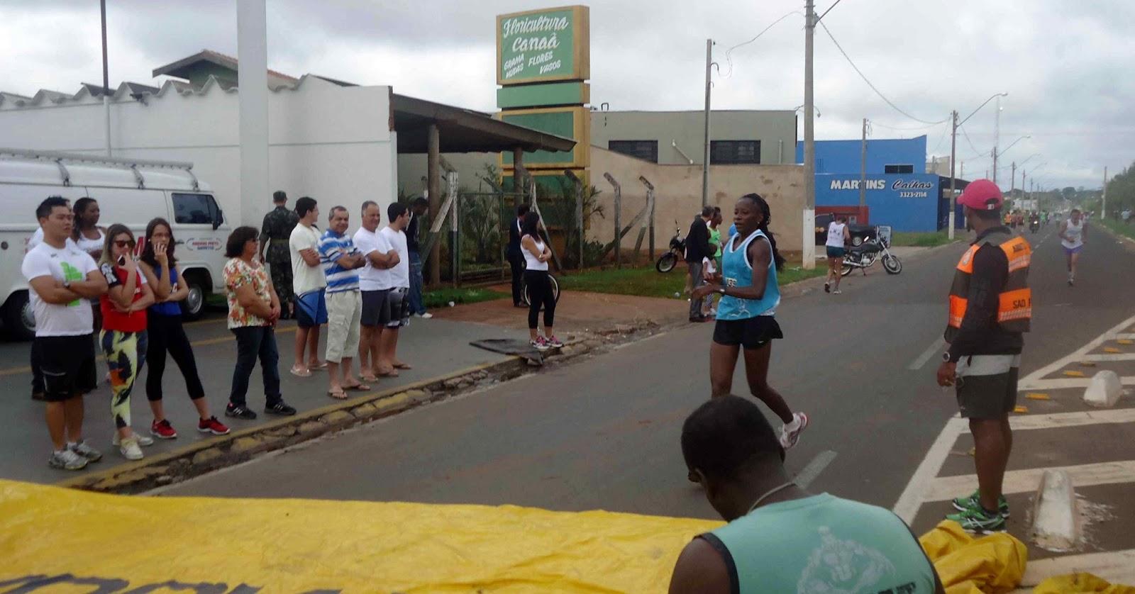 Foto 116 da 1ª Corrida Av. dos Coqueiros em Barretos-SP 14/04/2013 – Atletas cruzando a linha de chegada