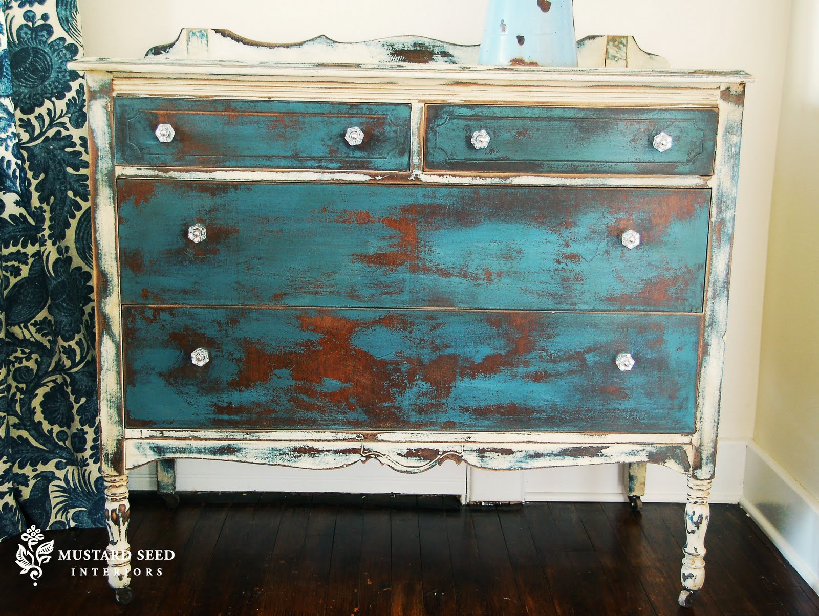 How to use to distress chalk paint furniture for Distressed furniture