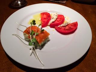 トマトとモッツァレラチーズのサラダとサーモンとアボカドの押し寿司