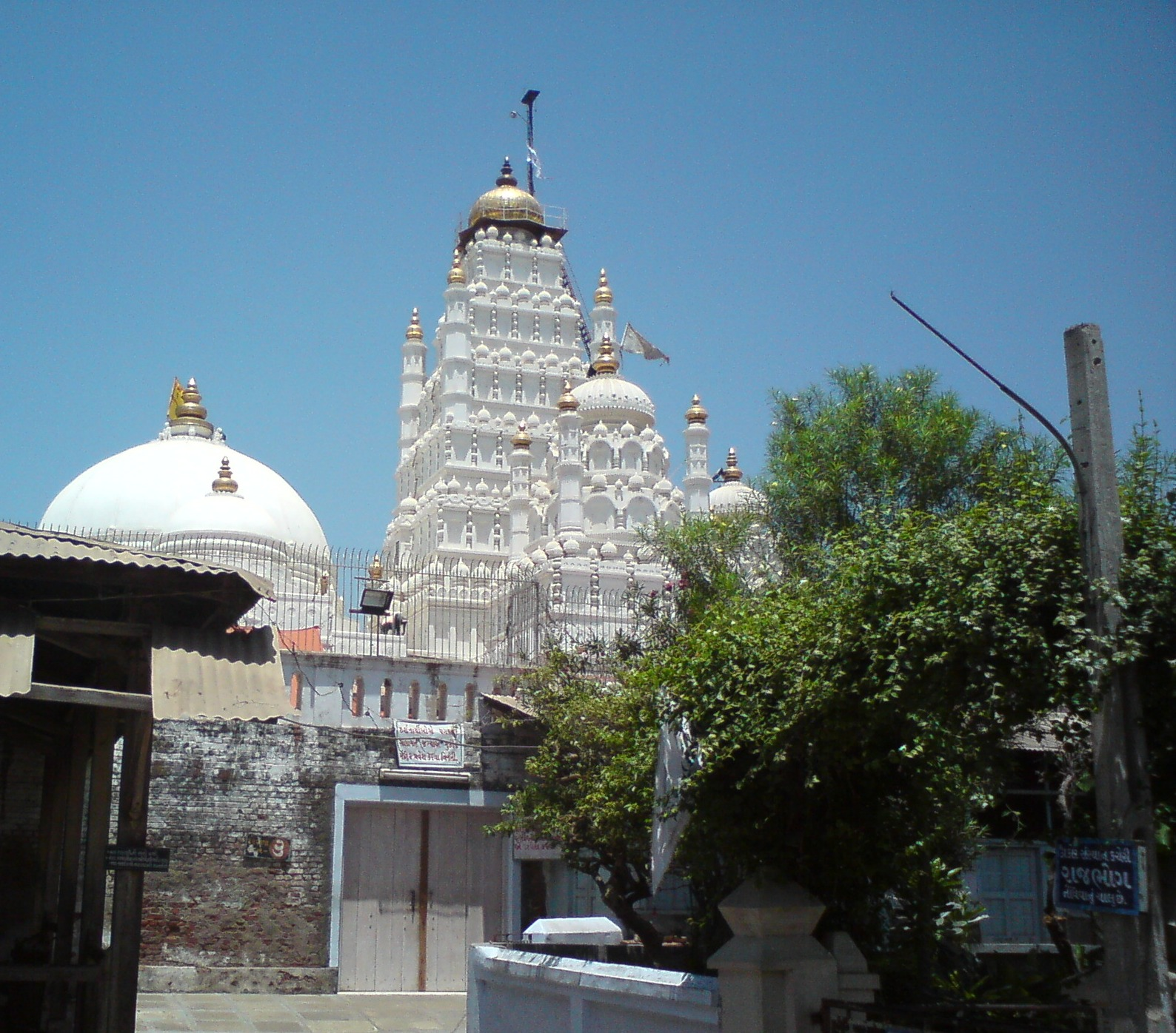 http://4.bp.blogspot.com/-8bK1lga6LMI/Ta_c7v7QvRI/AAAAAAAAAQ4/mOsCp-PqGjI/s1600/the-famous-hindu-temple-of-gujarat-at-dakor-wallpapers.JPG