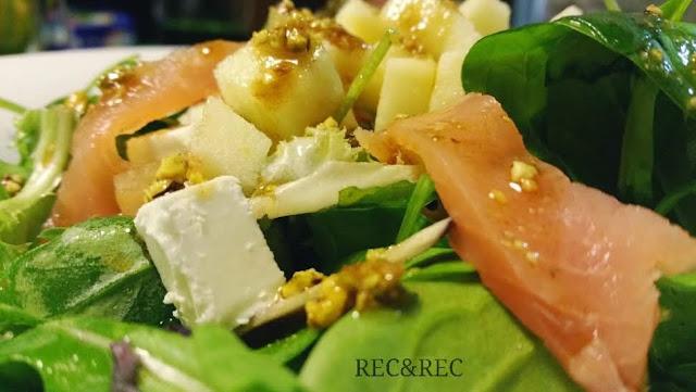 ensalada de salmón y vinagreta de pistachos