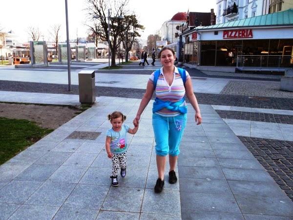 dziecko w chuście dwulatka na nogach w międzyzdrojach aurora
