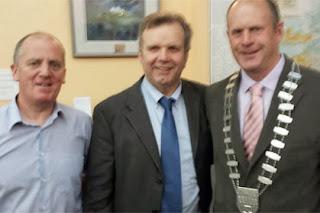 Leabharlann An Daingin Branch Librarian Bernard Mac Brádaigh, Niall O'Dowd and Mayor Seamus Cosaí Fitzgerald.