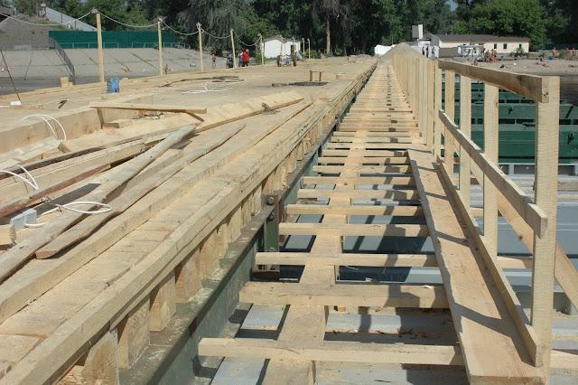 Фото Укринформ: строящийся понтонный мост
