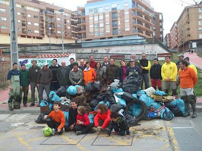 grupo de participantes en la limpieza del rio