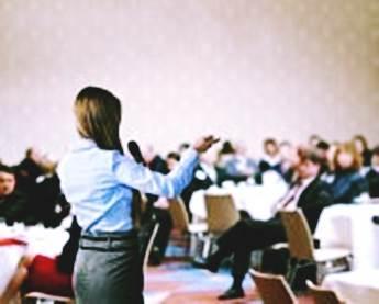 Gambar presentasi berjualan di depan audiens