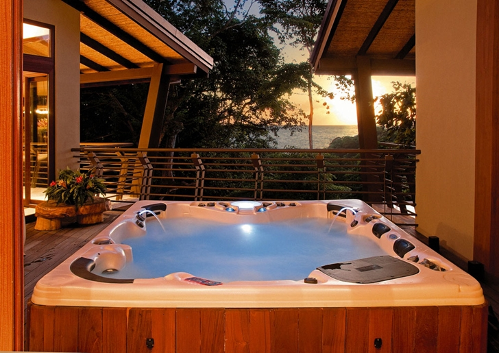 Hot tub in Bartlett Home by SARCO Architects
