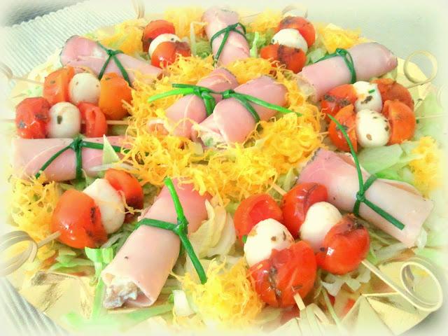 Aperitivos frios. Rollitos de jamón y brochetas de tomate y mozarella