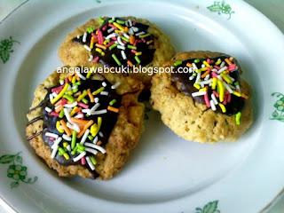 Zabpelyhes keksz recept, tejtermék mentes sütemény, dejóval töltve és színes cukorral díszítve.