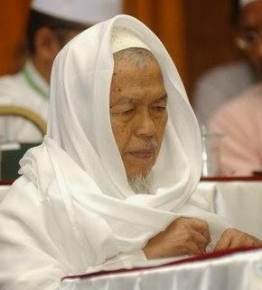 Tuan Guru Nik Aziz Nik Mat siapa sebenarnya
